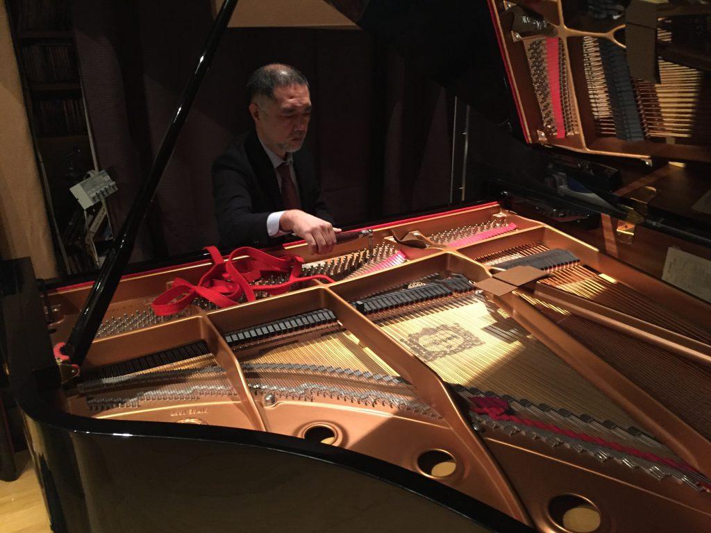フルハウスのピアノを調律中の調律師、岡圭吾さん