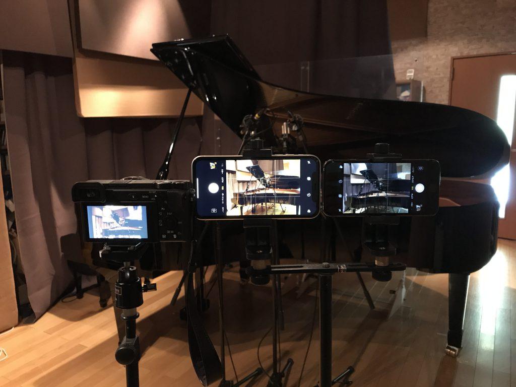 スタジオにカメラ3台を並べた写真