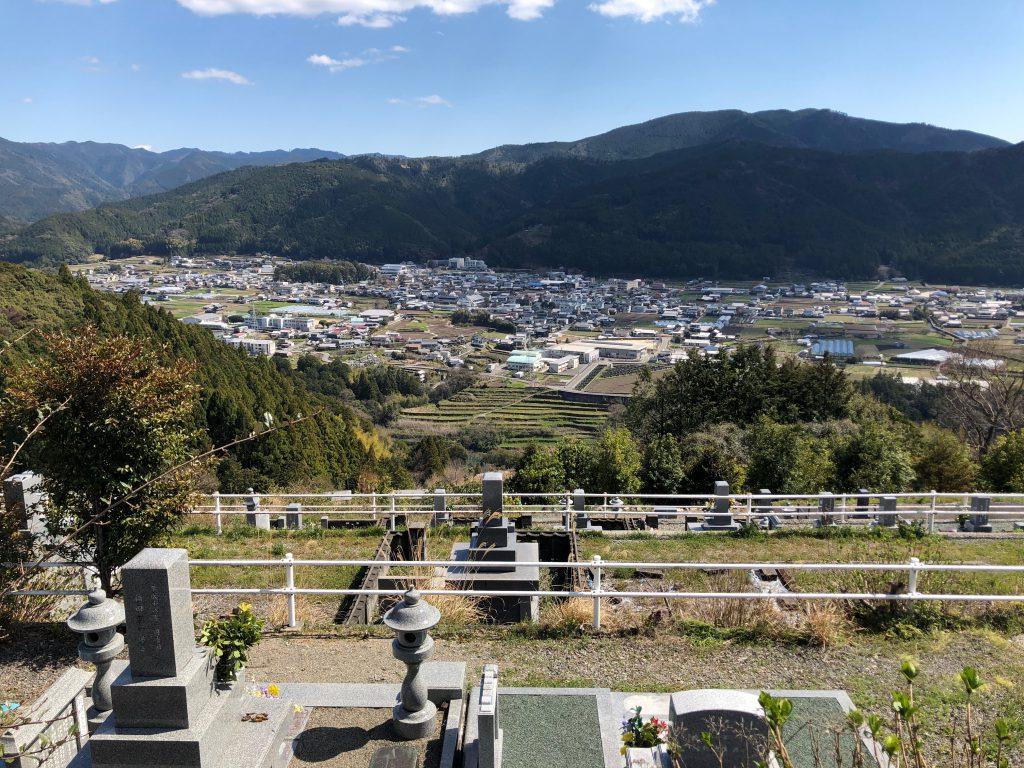 母方実家墓石から岩崎家墓石を望む