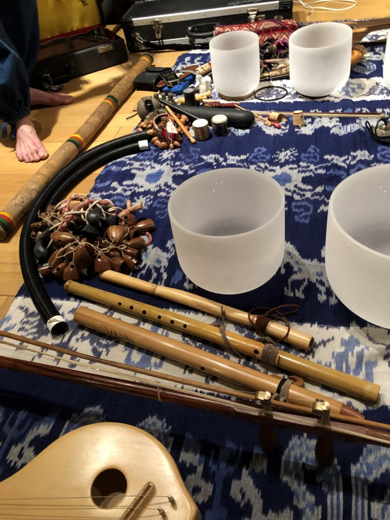 クリスタルボウル、真琴、竹のフルート、インディアンフルート、土製の縦笛など