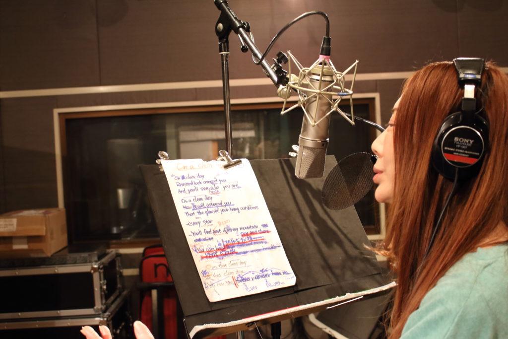 フルハウスでボーカルレコーディングをする黒木あさ美さん