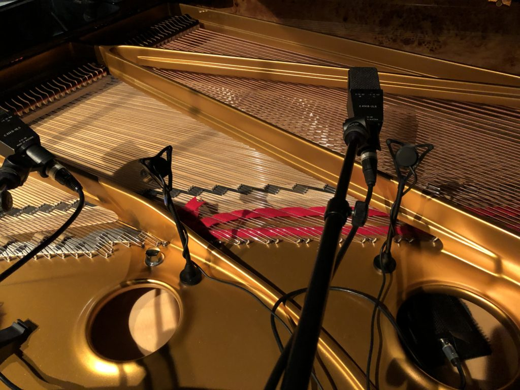 ピアノ用に設置されたAKGのC414とDPAの4021