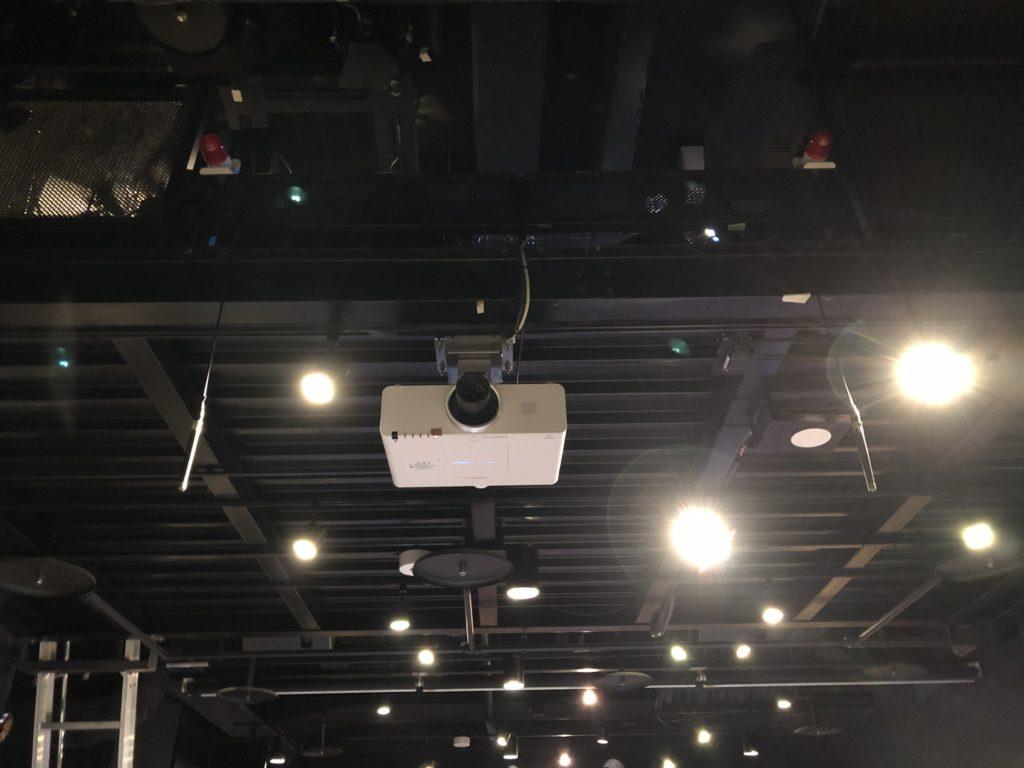 ブルーノートの天井に吊るしたオーディエンスマイクのB&K4006