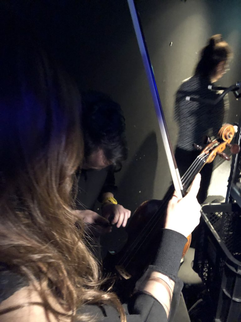 本番前に袖でバイオリンマイクを付ける