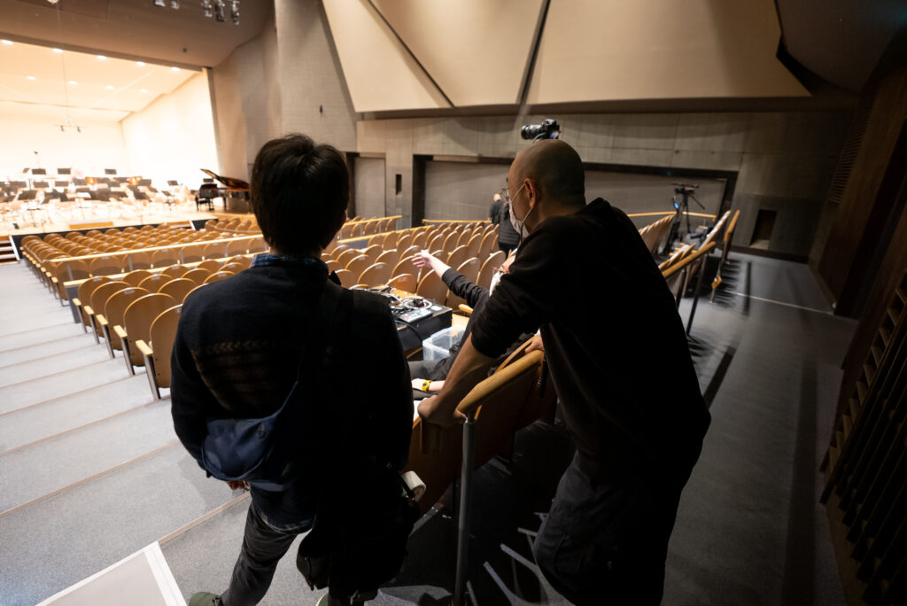 客席中央に映像スイッチャーとカメラを2台配置