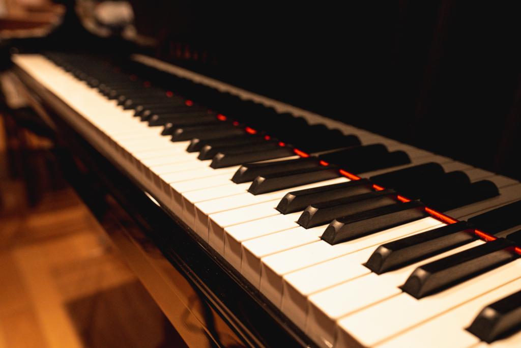 スタジオ「フルハウス」のピアノ YAMAHA「C7LA」
